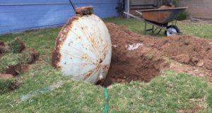 Мъж тръгна да ремонтира двора у дома и откри невиждана находка! Сензационни СНИМКИ