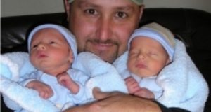 Акушерка не можа да скрие сълзите си: плаках с глас когато бездетно семейство осинови близначета