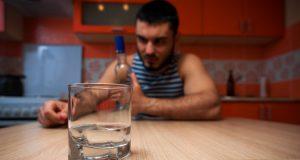 Руски експерти обясниха какво се случва ако при COVID-19 пием алкохол