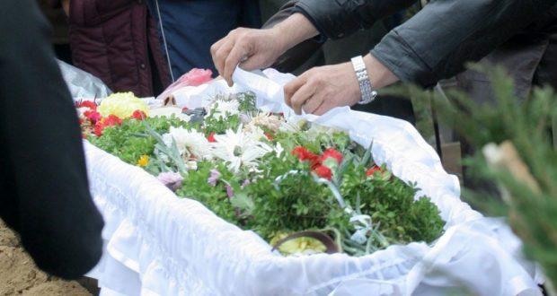 Най-тъжните кадри в мрежата! Погребаха две заклани дечица в бял ковчег - СНИМКИ