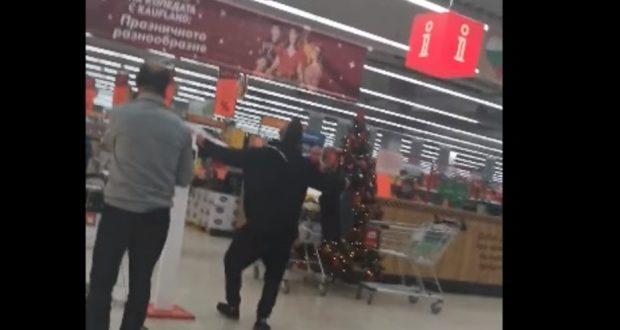 Мъж без маска нахлу в хипермаркет в София и наду чалгата мята гюбеци и черпи с бонбони за новородено бебе