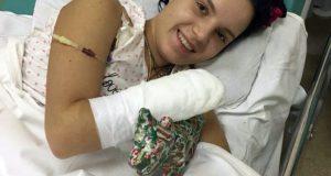 През 2017-та съпругът ѝ отрязва и двете ѝ ръце