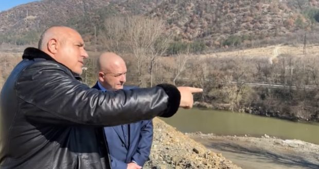 """Борисов показва АМ """"Струма"""" на ген. Мутафчийски: Каква красота! Ние не спряхме да строим. Затова ваксинирайте здраво"""