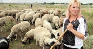 Красавица от Молдова захвърли полицейската униформа за да пасе овце в българско село